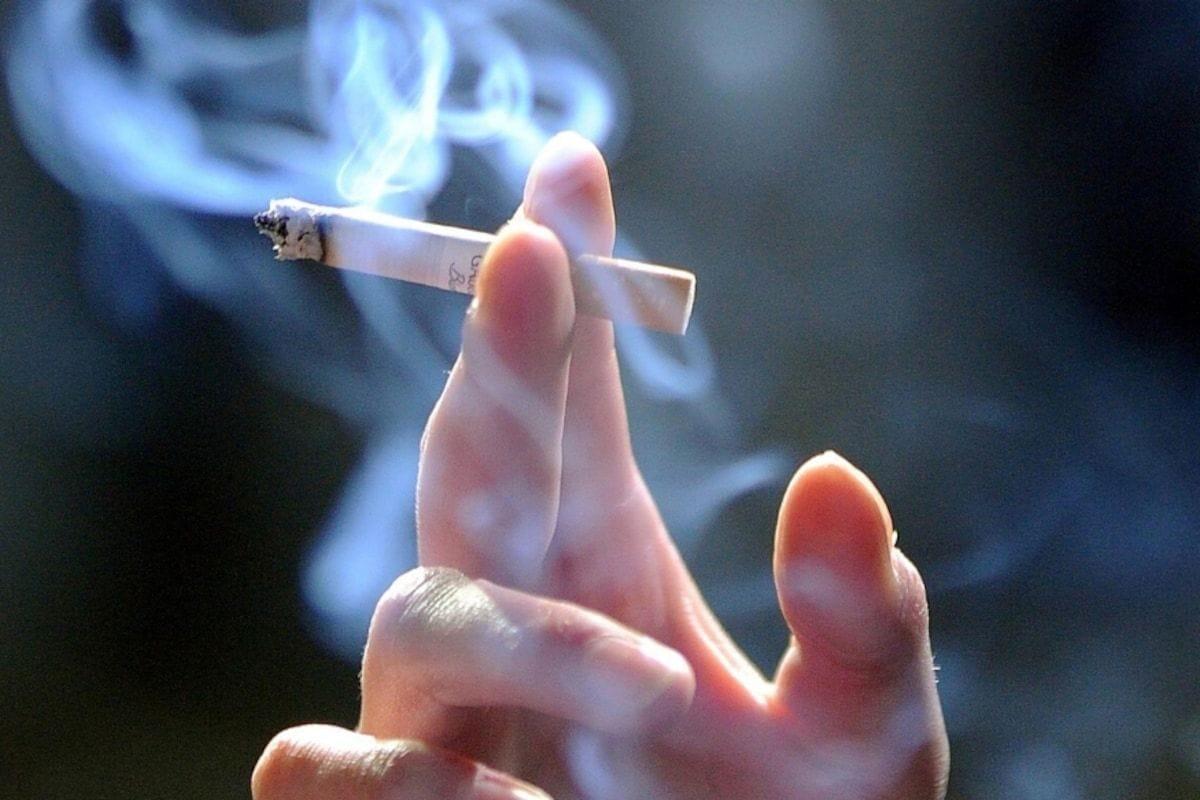 सिगरेटचा धूर तोंडावर सोडून महिलेला लुटलं; दीड तोळ्याचे दागिने घेऊन भामटे फरार