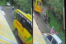VIDEO: बसच्या अपघातात स्कूटीवरील प्रवासी बचावले; मागून येणारी बाईक थेट दरीत