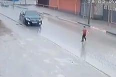 रस्त्यावर धावत सुटला चिमुकला, वेगाने कार आली आणि...; काळजाचा ठोका चुकवणारा VIDEO