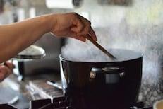 चुकूनही पुन्हा गरम करू नका हे पदार्थ; पावसाळ्यात गरमागरम खाण्याची हौस पडेल भारी