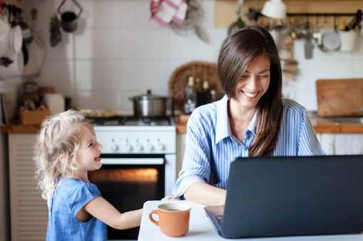 कामाच्या दबावामुळे मुलांबरोबरच्या नात्यात अंतर निर्माण झालं आहे.