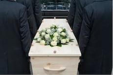 मृत व्यक्तीच्या शरीराचा हा भाग तोडून घेतात कुटुंबीय; उद्देश जाणून व्हाल थक्क