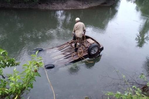 अपघातग्रस्त कार... (फोटो-पुणेकर न्युज)