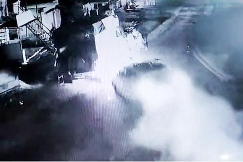 अवघ्या काही सेकंदाने झाले बाजूला अन् कार आदळली टेम्पोवर, येवल्यातील अपघाताचा LIVE VIDEO