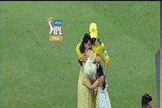 IPL Final जिंकल्यानंतर पहिल्यांदाच मैदानात इमोशनल झाला धोनी, साक्षीला मारली मिठी