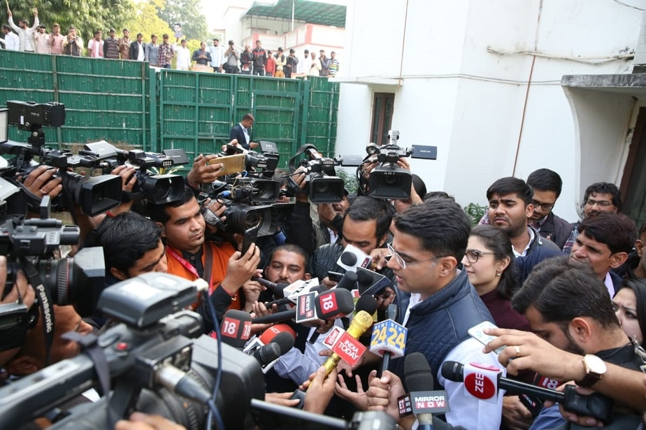 ಮಾಧ್ಯಮ ಪ್ರತಿನಿಧಿಗಳೊಂದಿಗೆ ಮಾತನಾಡುತ್ತಿರುವ ಮುಖ್ಯಮಂತ್ರಿ ಅಭ್ಯರ್ಥಿ ಸಚಿನ್ ಪೈಲಟ್