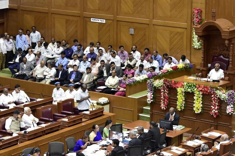 ಅಧಿವೇಶನದಲ್ಲಿ ಸಿಎಂ ಕುಮಾರಸ್ವಾಮಿ ಮಾತನಾಡುತ್ತಿರುವುದನ್ನು ಕೇಳುತ್ತಿರುವ ಶಾಸಕರುಗಳು ಹಾಗೂ ಅಧಿಕಾರಿಗಳು