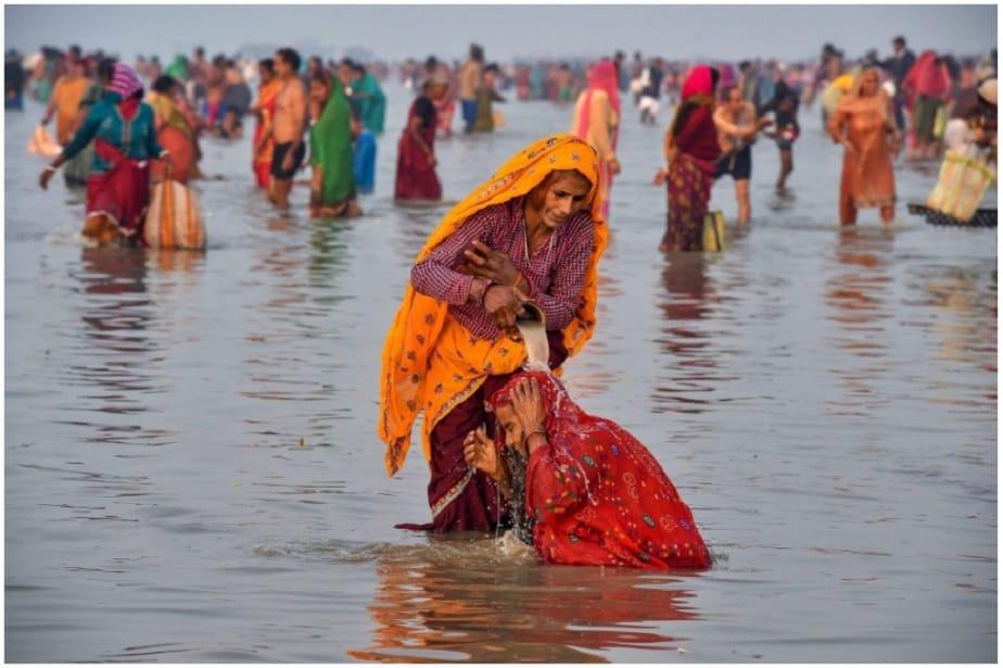 ಮಕರ ಸಂಕ್ರಾಂತಿ' ಹಬ್ಬದ ಅಂಗವಾಗಿ ಸಾಗರ ದ್ವೀಪದಲ್ಲಿರುವ ಗಂಗಾ ಸಾಗರ ಮೇಳದಲ್ಲಿ ಪವಿತ್ರ ಸ್ನಾನ ಮಾಡುತ್ತಿರುವ ಯಾತ್ರಾರ್ಥಿಗಳು