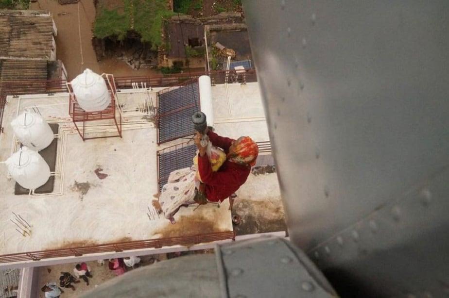 ಬೆಳಗಾವಿಯಲ್ಲಿ ಅಜ್ಜಿಯೊಬ್ಬರನ್ನು ಮನೆಯ ಟೆರೇಸ್ನಿಂದ ಹೆಲಿಕಾಪ್ಟರ್ ಮೂಲಕ ರಕ್ಷಿಸುತ್ತಿರುವ ದೃಶ್ಯ