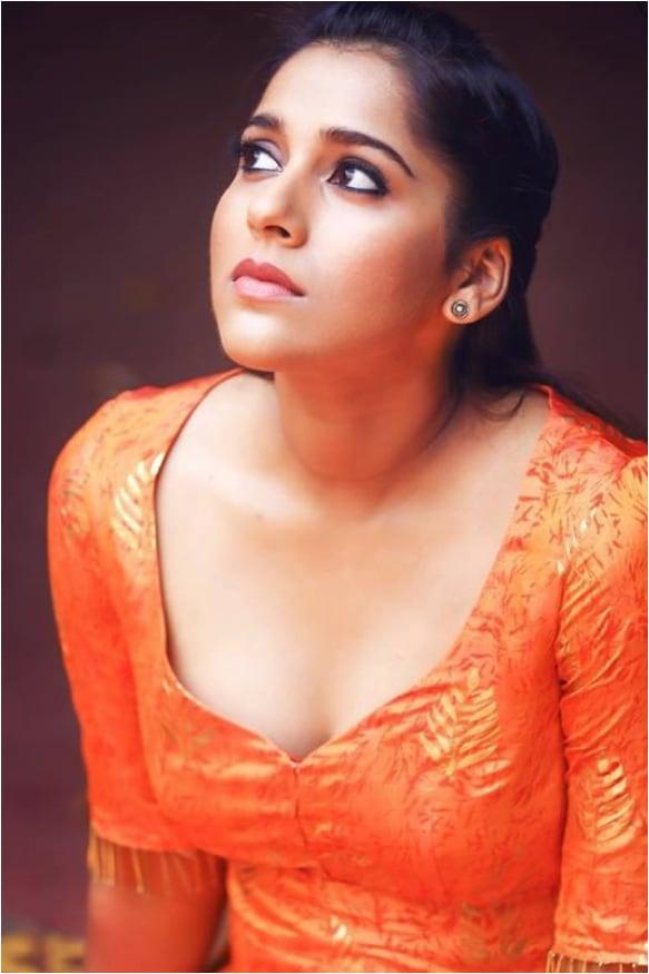 ಹಾಟ್ ಫೋಟೋಶೂಟ್ನಿಂದಲೇ ಬೆಂಕಿ ಹೊತ್ತಿಸುತ್ತಿರುವ ರಶ್ಮಿ ಗೌತಮ್