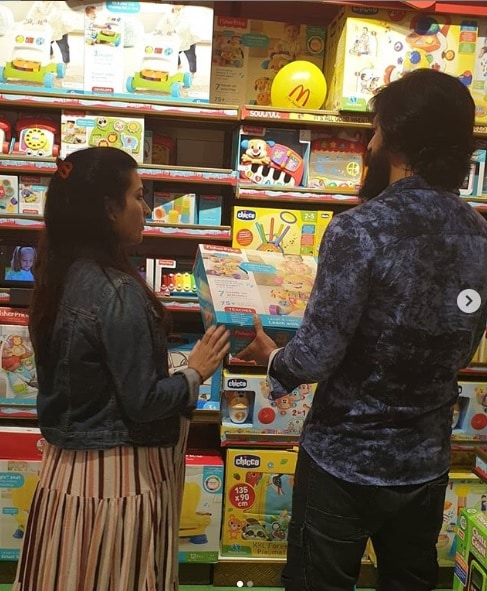 Rocking star Yash and his wife Radhika Pandit gone for a shopping for her Ayra