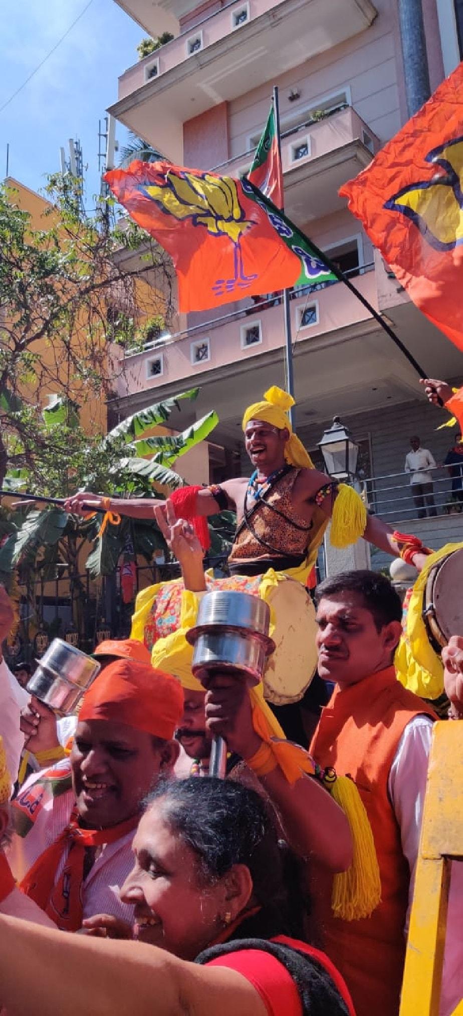 ಈ ಉಪಚುನಾವಣೆಯಲ್ಲಿ ಬಿಜೆಪಿ ಭರ್ಜರಿ ಗೆಲುವು ಸಾಧಿಸಿದ ಹಿನ್ನೆಲೆ, ಬಿಜೆಪಿ ಕಚೇರಿ ಮುಂಭಾಗ ಬೆಂಬಲಿಗರು ಮತ್ತು ಕಾರ್ಯಕರ್ತರು ಬಾವುಟ ಹಿಡಿದು ಸಂಭ್ರಮಿಸುತ್ತಿರುವುದು