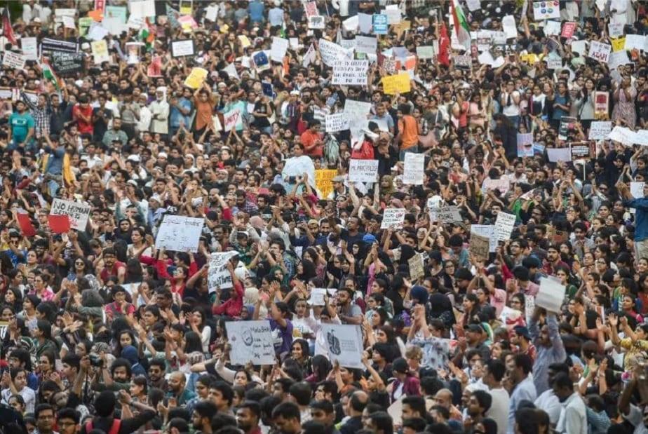 ಮುಂಬೈನಲ್ಲಿ ಪ್ರತಿಭಟನೆ ನಡೆಸುತ್ತಿರುವ ಸಾರ್ವಜನಿಕರು