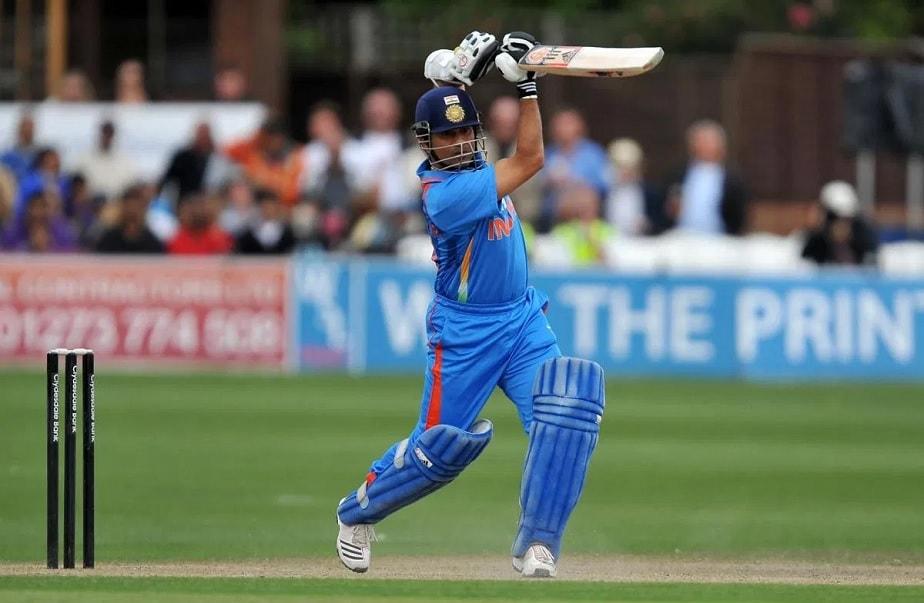 8) 139 v/s ಆಸ್ಟ್ರೇಲಿಯಾ-ಇಂದೋರ್, 2001 ಕ್ರಿಕೆಟ್ ಜತ್ತಿನಲ್ಲಿ ಸಚಿನ್ ಬಹು ಎತ್ತರಕ್ಕೆ ಬೆಳೆದಿದ್ದ ದಿನಗಳವು. ಏಕದಿನ ಪಂದ್ಯಗಳಲ್ಲಿ 10,000 ರನ್ ಗಳಿಸಿದ ಮೊದಲ ಬ್ಯಾಟ್ಸ್ಮನ್ ಎಂಬ ಹೆಗ್ಗಳಿಕೆಗೂ ಸಚಿನ್ ಪಾತ್ರರಾಗಿದ್ದರು. ಇದೇ ಪಂದ್ಯದಲ್ಲಿ 10 ಸಾವಿರ ರನ್ ಮೈಲುಗಲ್ಲಿನ ಜೊತೆಗೆ ಅವರು ಆಸ್ಟ್ರೇಲಿಯಾ ವಿರುದ್ಧ ತಮ್ಮ ತಮ್ಮ 28 ನೇ ಏಕದಿನ ಶತಕವನ್ನೂ ಪೂರೈಸಿದ್ದರು. ಕೇವಲ 125 ಎಸೆತಗಳಲ್ಲಿ 139 ರನ್ ಗಳಿಸುವ ಮೂಲಕ ಗೆಲುವಿನಲ್ಲಿ ಪ್ರಮುಖ ಪಾತ್ರ ನಿರ್ವಹಿಸಿದ್ದರು.