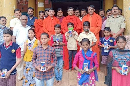 ವಿದ್ಯಾರ್ಥಿಗಳಿಗೆ ಸ್ಮಾರ್ಟ್ ಪೋನ್ ವಿತರಿಸಿದ ಮಲ್ಲಿಕಾರ್ಜು ಸ್ವಾಮೀಜಿ