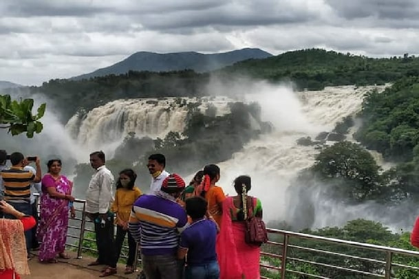 Gaganachukki Falls: ಧುಮ್ಮಿಕ್ಕಿ ಹರಿಯುತ್ತಿರುವ ಗಗನಚುಕ್ಕಿ ಜಲಪಾತ ನೋಡಲು ಎರಡು ಕಣ್ಣು ಸಾಲದು..!