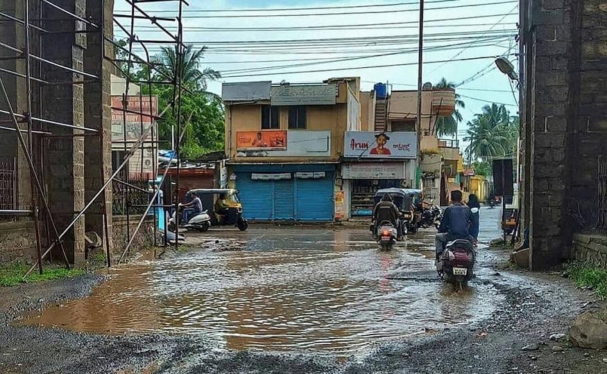 Heavy Rain in Vijayapura Youths Planted Saplings in Pothole.