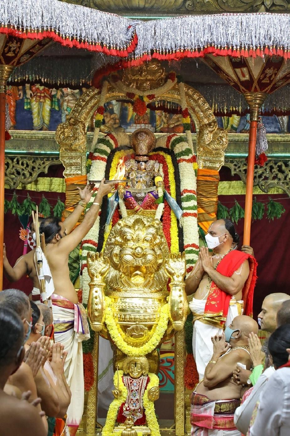 ಕೊರೋನಾ ಹಿನ್ನೆಲೆ ಅರ್ಚಕರು ಮಾಸ್ಕ್ ಧರಿಸಿ, ಸಾಮಾಜಿಕ ಅಂತರ ಕಾಯ್ದುಕೊಂಡು ಸ್ವಾಮಿಗೆ ಪೂಜೆ ಸಲ್ಲಿಸುತ್ತಿರುವ ದೃಶ್ಯ