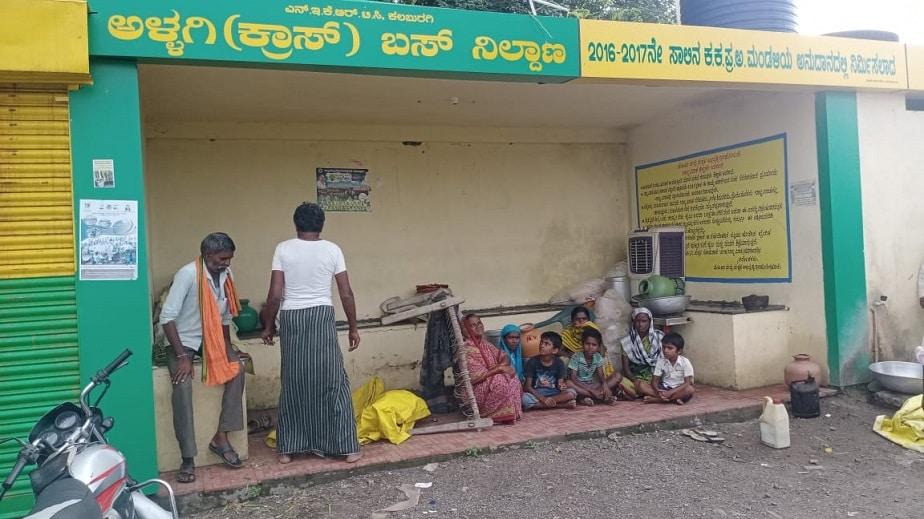 ಅಫಜಲಪುರ ತಾಲೂಕಿನ ಅಳ್ಳಗಿ ಗ್ರಾಮದ ಬಸ್ ನಿಲ್ದಾಣದಲ್ಲಿ ಆಶ್ರಯ ಪಡೆದಿರುವ ನೆರೆ ಸಂತ್ರಸ್ತರು