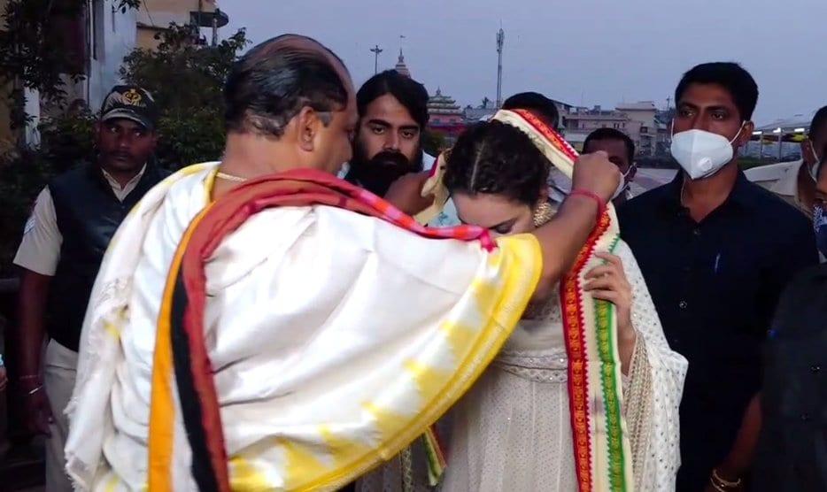 ಕಂಗನಾರಿಗೆ ಸನ್ಮಾನ ಮಾಡುತ್ತಿರುವ ದೇವಾಲಯದ ಅರ್ಚಕರು.