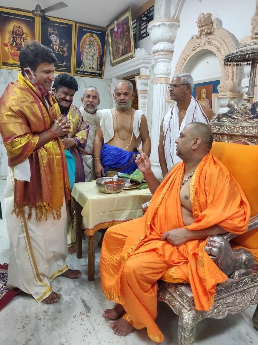 ಈ ಬೆಳವಣಿಗೆ ಬೆನ್ನಲ್ಲೇ ನಟ ಪುನೀತ್ ರಾಜ್ಕುಮಾರ್ ಗುರು ರಾಯರ ಆಶೀರ್ವಾದ ಪಡೆದಿದ್ದಾರೆ