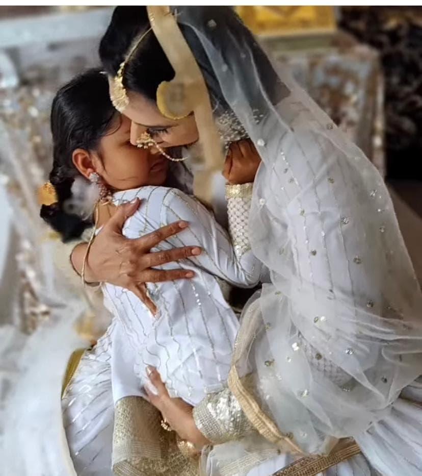 ಬಕ್ರೀದ್ ಹಬ್ಬದ ಫೋಟೋಶೂಟ್ನಲ್ಲಿ ಮಗಳು ಅಶ್ಮಿತಾ ಶ್ರೀವಾತ್ಸವ ಜೊತೆ ಶ್ವೇತಾ ಶ್ರೀವಾತ್ಸವ.
