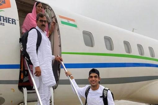 ತಂದೆ ತಾಯಿಯೊಂದಿಗೆ ನೀರಜ್ ಚೋಪ್ರ.