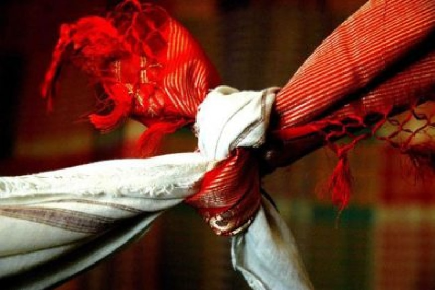 ഉത്തർപ്രദേശിലാണ് സംഭവം. പ്രതിശ്രുത വരനെ വിവാഹം കഴിക്കാനായി വീട്ടിൽ നിന്നൊളിച്ചോടിയ 19കാരിയായ വധുവാണ് 80 കിലോമീറ്ററോളം നടന്ന് വരന്റെ അടുത്തെത്തിയത്. കാൺപൂർ മുതൽ കണ്ണൗജ് വരെയാണ് യുവതി നടന്നത്. ഈ ആഴ്ച ആദ്യമാണ് സംഭവം ഉണ്ടായതെന്ന് പൊലീസ് പറയുന്നു.