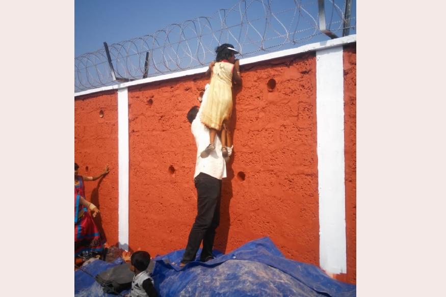 കുട്ടിയെ എടുത്തുയർത്തുന്ന രക്ഷിതാവ്. /കടപ്പാട്: സോഷ്യൽ മീഡിയ