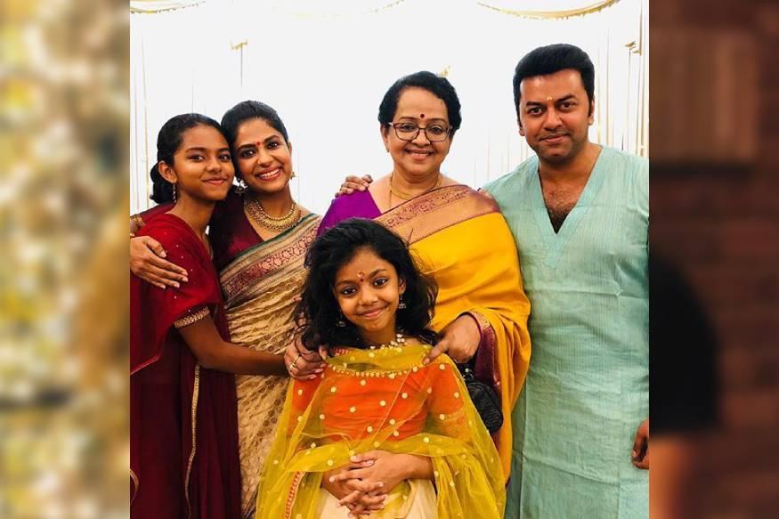 സിനിമാകുടുംബത്തിലെ ഭാര്യയും, അമ്മയും, മരുമകളും, ജ്യേഷ്ഠത്തിയും, അമ്മായിയും ഒക്കെയായ പ്രിയനടി പൂർണ്ണിമ ഇന്ദ്രജിത് ആണ് ഈ സുന്ദരി കുട്ടി