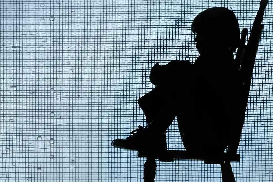 സമാനമായ നിരവധി കേസുകള് കേരളത്തിന്റെ പലഭാഗത്തും റിപ്പോര്ട്ട് ചെയ്യപ്പെടുന്നുണ്ട്. അച്ചടക്കം ലംഘിക്കുന്ന കുട്ടികളെ കൗണ്സിലിംഗിലൂടെ പൊതുധാരയിലേക്ക് കൊണ്ടുവരാനാണ് അധ്യാപക സമൂഹം ശ്രമിക്കേണ്ടത്. കാര്യക്ഷമതയും അച്ചടക്കവും നഷ്ടപ്പെട്ട സര്ക്കാര് ഉദ്യോഗസ്ഥരെ പൊതു സ്ഥാനത്ത് നിലനിര്ത്തുന്നത് സമൂഹത്തോടുളള സര്ക്കാറിന്റെ ഉത്തരവാദിത്തതിന്റെ ലംഘനമാണ്. ഇതിന്റെ അടിസ്ഥാനത്തില് ഗുരുതരമായ കൃത്യവിലോപം നടത്തിയ അധ്യാപകനെ വിരമിക്കല് ആനുകൂല്യങ്ങള് നിലനിര്ത്തി നിര്ബന്ധിത വിരമിക്കലിന് നടപടി സ്വീകരിക്കണമെന്ന് കമ്മീഷന് ശുപാര്ശ ചെയ്തു. മുമ്പ് സമാനമായ സംഭവത്തില് ഈ അധ്യപകനെ ആറു മാസത്തേക്ക് സസ്പെന്ഡ് ചെയ്തിരുന്നെങ്കിലും ഹിയറിംഗ് നടത്തി തിരിച്ചെടുക്കുകയായിരുന്നു. ആ കേസില് അച്ചടക്ക നടപടി തുടരണമെന്ന് അധികൃതരുടെ നിര്ദ്ദേശം മാനേജ്മെന്റ് നടപ്പാക്കിയിട്ടില്ലെന്ന് കമ്മീഷന് ബോധ്യമായി. പുതിയ കേസില് കമ്മീഷന്റെ ശുപാര്ശ അനുസരിച്ച് അധ്യാപകനെതിരെ മാനേജ്മെന്റ് നടപടി സ്വീകരിക്കാത്ത പക്ഷം പിരിച്ചുവിടാനാവശ്യമായ നടപടി സ്വീകരിക്കണമെന്ന് ചെയര്മാന് നിര്ദ്ദേശം നല്കി.