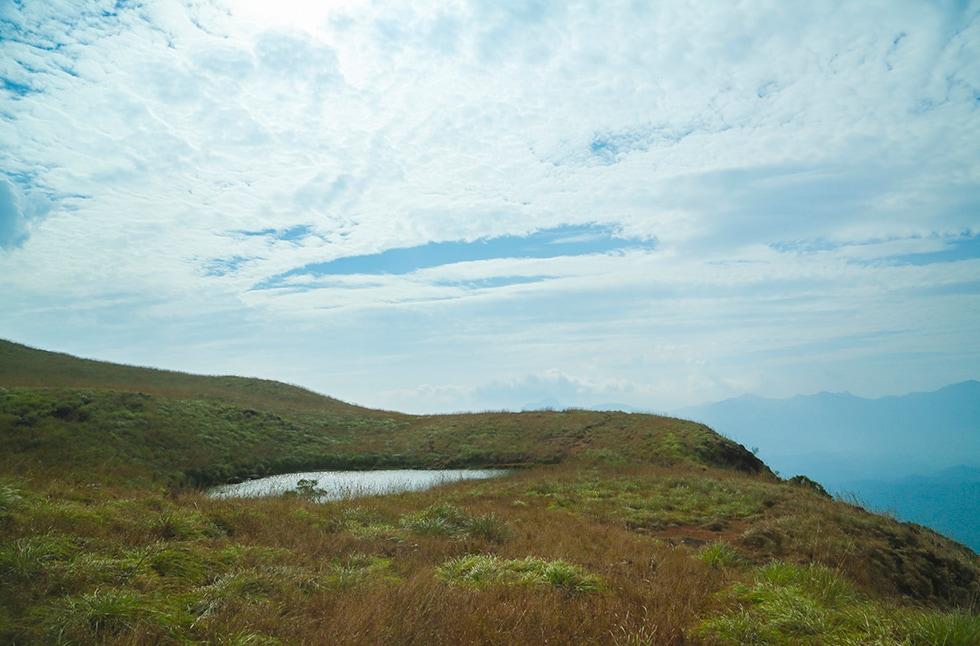 2. ചെമ്പ്ര കൊടുമുടി- വയനാട്ടിലെ ഏറ്റവും ഉയരമുള്ള കൊടുമുടി. സമുദ്രനിരപ്പിൽ നിന്ന് 2100 മീറ്റർ ഉയരം. ട്രെക്കിങ് പ്രധാന ആകർഷണം.(ചിത്രം- കേരള ടൂറിസം/വയനാട് ടൂറിസം ഡോട്ട് ഓർഗ്)