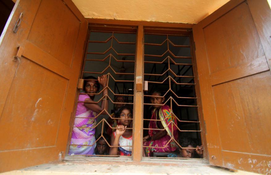 ചന്ദ്രബാഗ ഗ്രാമത്തിലെ ആളുകൾ സുരക്ഷാകേന്ദ്രങ്ങളിൽ