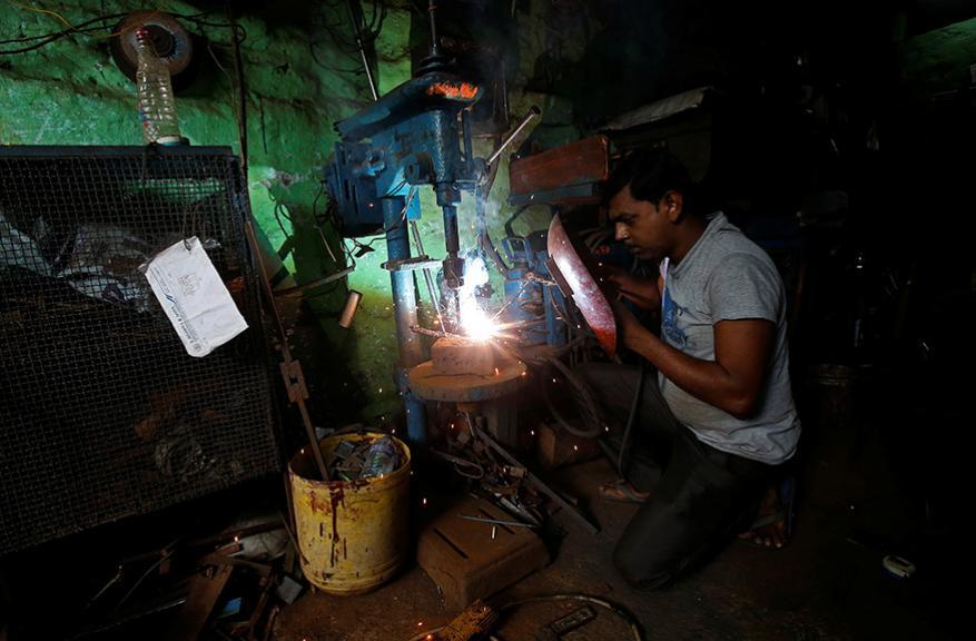 നിര്മ്മാണ കേന്ദ്രത്തിൽ പണിയെടുക്കുന്ന വെൽഡിംഗ് തൊഴിലാളി