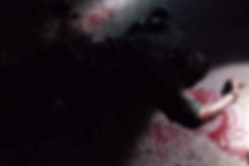 ഇയാളുടെ ദേഹത്ത് ആഴത്തിലുള്ള വെട്ടുകളുണ്ട്. ഒരു കാൽ വെട്ട് കൊണ്ട് തൂങ്ങിയ നിലയിലാണ്