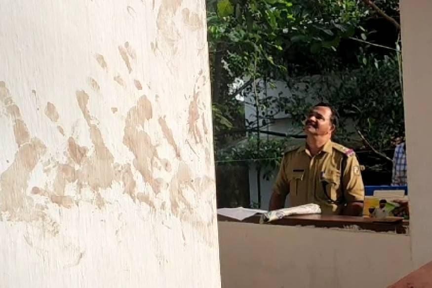 ഭാര്യയെ വെട്ടിപ്പരിക്കേൽപ്പിച്ച ഭർത്താവ് അറസ്റ്റിൽ. തിരുവമ്പാടി മുത്തപ്പൻപുഴ സ്വദേശി സമീർ എന്ന സതീഷ്(42) ആണ് അറസ്റ്റിലായത്. കഴുത്തിന് പിന്നിൽ സാരമായി പരിക്കേറ്റ ഭാര്യ ശാക്കിറ(32) പരിക്കുകളോടെ കെഎംസിടി മെഡിക്കൽ കോളേജിൽ ചികിത്സയിലാണ്. കൂടരഞ്ഞി പാട്ടോത് വാടക വീട്ടിലായിരുന്നു സംഭവം.