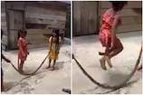 നിസാരം... നിസ്സാരം...... പാമ്പിനെ സ്കിപ്പിംഗ് റോപ്പാക്കി കുട്ടികൾ- വീഡിയോ വൈറൽ