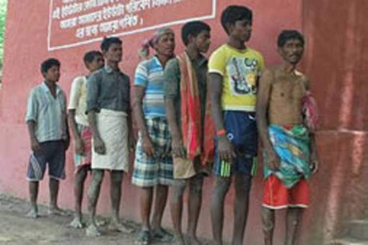 മഹാരാഷ്ട്രയിലെ ഔറംഗബാദ് ജില്ലയിലാണ് ജരാണ്ടി ഗ്രാമപഞ്ചായത്ത്. ഇവിടുത്തെ താമസക്കാരായ 5,000-ത്തിലധികം പേർക്ക് വീടുകളിൽ ടോയ്ലറ്റുകൾ ഉണ്ട്. ഈ വീടുകളിൽ ജലവിതരണവുമുണ്ട്. എന്നാൽ ചിലർ ഇപ്പോഴും തുറസ്സായ സ്ഥലങ്ങളിലാണ് മലമൂത്രവിസർജ്ജനം നടത്തുന്നത്. പ്രത്യേകിച്ച് റോഡരികിലൊക്കെ. ഇത് ഇല്ലാതാക്കാനാണ് പുതിയ നടപടികളെന്ന് ഗ്രാമപഞ്ചായത്ത് അധികൃതർ പറയുന്നു. നിരവധി തവണ ആവശ്യപ്പെട്ടിട്ടും ചിലർ ഈ നടപടി തുടരുന്നതുകൊണ്ടാണ് റേഷൻ കാർഡ് റദ്ദാക്കാനുള്ള തീരുമാനമെന്നും അവർ വിശദീകരിക്കുന്നു.