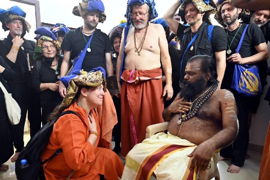 കാനനവാസനെ കണ്ടു തൊഴാന് ചെക് റിപ്പബ്ലിക്കില് നിന്നുള്ള 36 അംഗ സംഘം സന്നിധാനത്ത് എത്തി. തോമസ് പൈഫര് എന്ന അയ്യപ്പന്റെ നേത്യത്വത്തില് 22 മാളികപ്പുറങ്ങളും 14 അയ്യപ്പന്മാരുമാണ് സംഘത്തില് ഉണ്ടായിരുന്നത്.