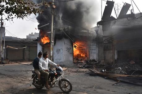 Delhi Violence: പിതാവിന് അർഹിക്കുന്ന അന്ത്യയാത്ര നൽകാൻ കാത്തുനിന്നു; പക്ഷെ മകൾക്ക് ലഭിച്ചത് കത്തി കരിഞ്ഞ ഒരു കാലു മാത്രം