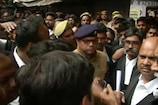 ലക്നൗ കോടതിയിലുണ്ടായ ബോംബേറിൽ രണ്ട് അഭിഭാഷകർക്ക് പരിക്ക്; കോടതി വളപ്പിൽ നിന്നും ബോംബുകളും