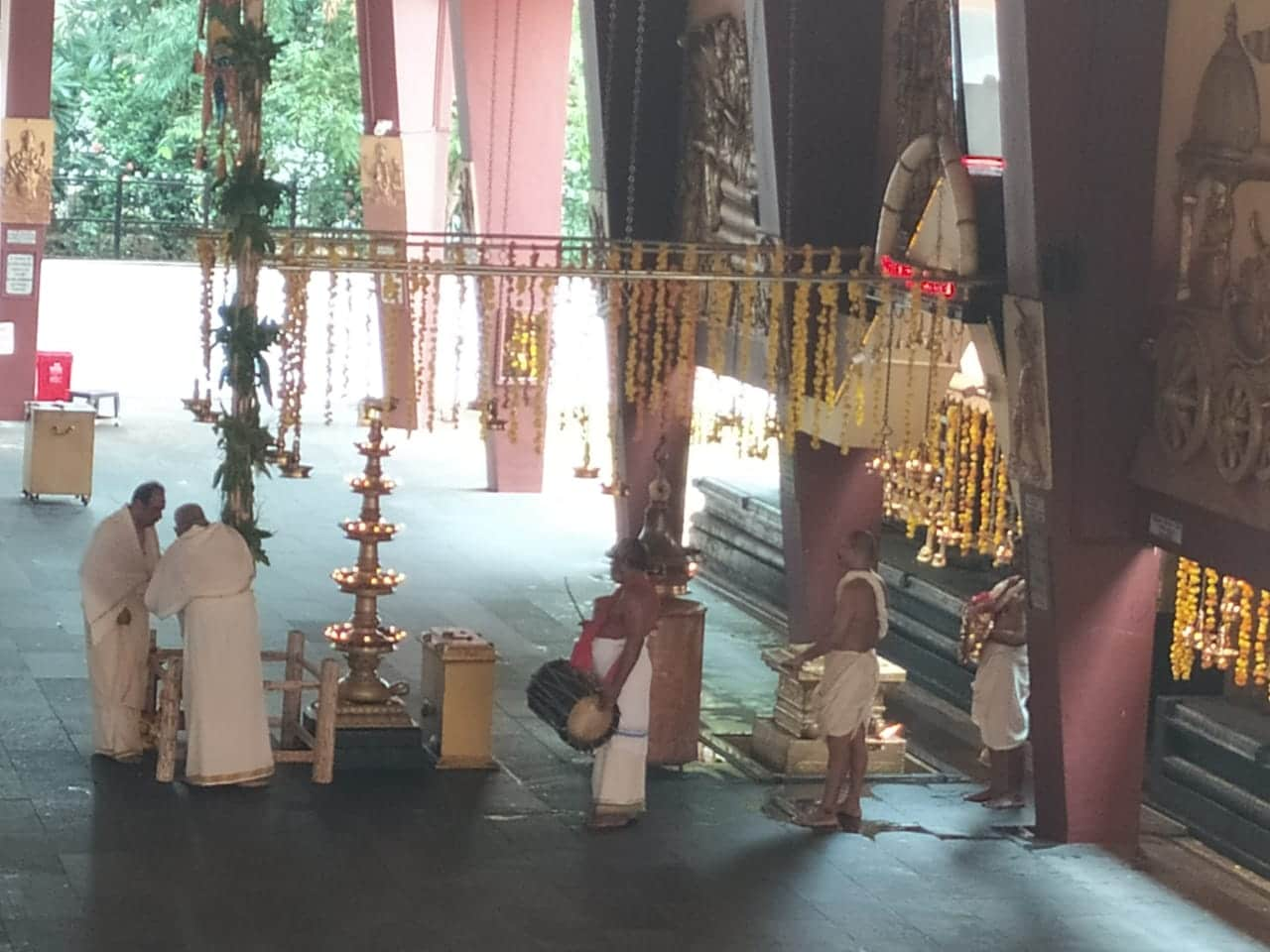 തിരുവമ്പാടിയിലാണ് ആദ്യം കൊടിയേറ്റം നടന്നത്. പിന്നീടായിരുന്നു പാറമേക്കാവിൽ ചടങ്ങുകൾ നടന്നത്.