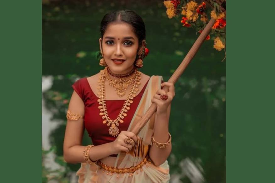 മോഹൻലാൽ ചിത്രം 'ഛോട്ടാ മുംബൈ' ആണ് അനിഖയുടെ ആദ്യത്തെ ചിത്രം.