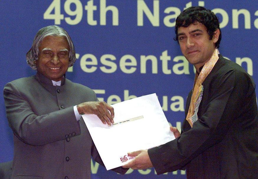2001ലെ ജനപ്രിയ ചിത്രത്തിനുള്ള പുരസ്കാരം നടൻ ആമിർഖാന് സമർപ്പിക്കുന്നു.