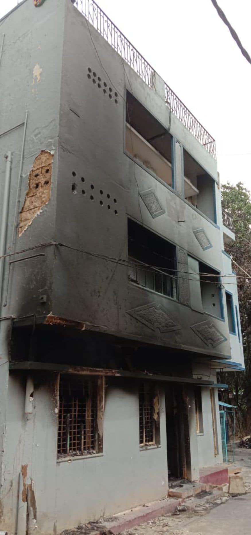 അക്രമാസക്തരായ ജനം തകർത്ത കെട്ടിടം (Image: Sudhakar/News18)