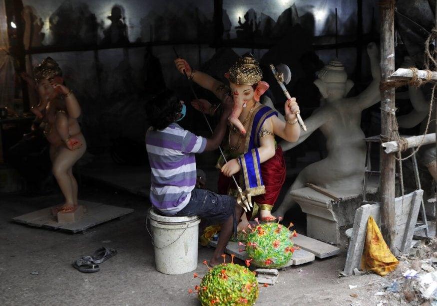 മുംബൈയിൽ വിനായക ചതുർത്ഥിയോടനുബന്ധിച്ച് വിഗ്രഹനിർമാണത്തിലേർപ്പെട്ടിരിക്കുന്ന കലാകാരൻ. (Image: AP)