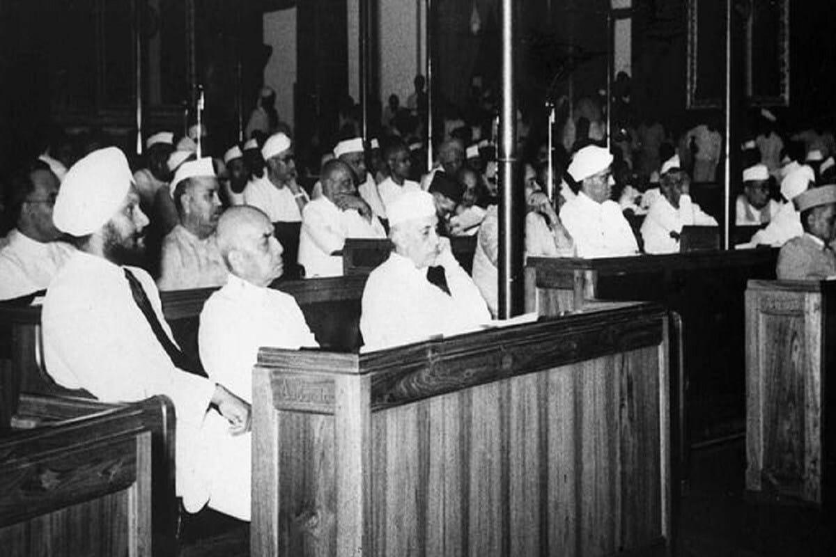 കോൺഗ്രസിന്റെ നേതൃസ്ഥാനം ഗാന്ധിയേതരരുടെ കൈകളിലായിരിക്കുമ്പോഴെല്ലാം, പൊതുതെരഞ്ഞെടുപ്പിൽ പാർട്ടി മികച്ച പ്രകടനം കാഴ്ചവച്ചിട്ടുണ്ട് എന്നതാണ് ചരിത്രം. ഗാന്ധി ഇതര പ്രസിഡന്റിന്റെ വിജയ നിരക്ക് 57% ആണ്. സ്വാതന്ത്ര്യാനന്തരം 1952 ൽ ആദ്യമായി ലോക്സഭാ തെരഞ്ഞെടുപ്പ് നടന്നു, ഇതുവരെ 17 ലോക്സഭാ തെരഞ്ഞെടുപ്പുകൾ രാജ്യത്ത് നടന്നു. 10 തെരഞ്ഞെടുപ്പുകളിൽ കോൺഗ്രസ് പ്രസിഡന്റ് ഗാന്ധി കുടുംബത്തിൽ നിന്നുള്ളവരാണ്, 7 തവണ ഗാന്ധി കുടുംബാംഗം അല്ലാത്തവരും. ഗാന്ധി ഇതര കുടുംബത്തിന്റെ പ്രസിഡന്റായി മൂന്ന് തെരഞ്ഞെടുപ്പുകളിൽ കോൺഗ്രസ് പരാജയപ്പെട്ടു, ഗാന്ധി കുടുംബത്തിന്റെ പ്രസിഡന്റായി പാർട്ടി നാല് തെരഞ്ഞെടുപ്പുകളിൽ പരാജയപ്പെട്ടു.