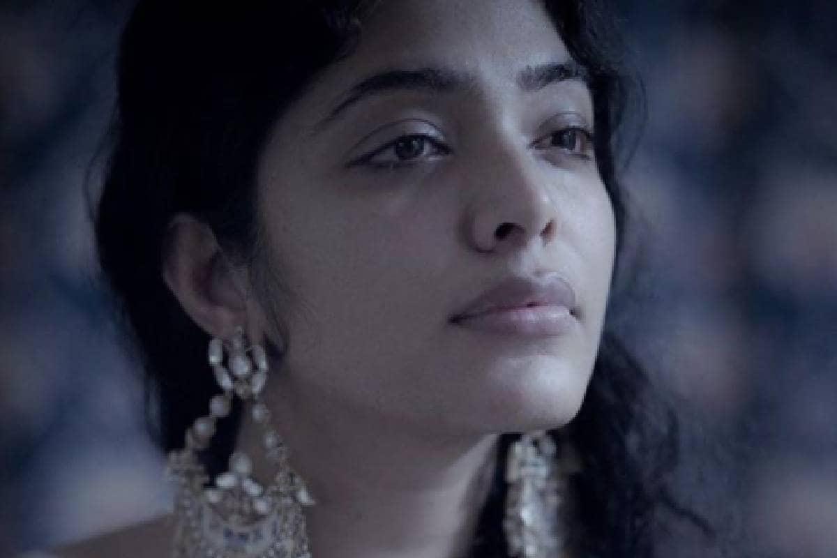 തൃശൂർ റീജിയണൽ തിയേറ്ററിന്റെ പിൻസ്റ്റേജിലാണ് റിമ ആ ചിത്രത്തിൽ