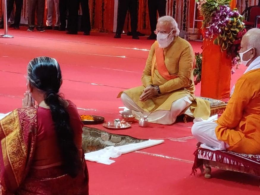 വേദമന്ത്രോച്ചാരണങ്ങളോടെ നടന്ന ഭൂമിപൂജയിൽ പ്രധാനമന്ത്രി നരേന്ദ്രമോദി