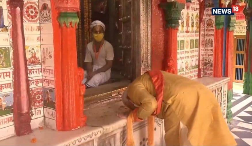 ഹനുമാൻ ഗഡി ക്ഷേത്രത്തിൽ പ്രാർത്ഥന നടത്തുന്നു